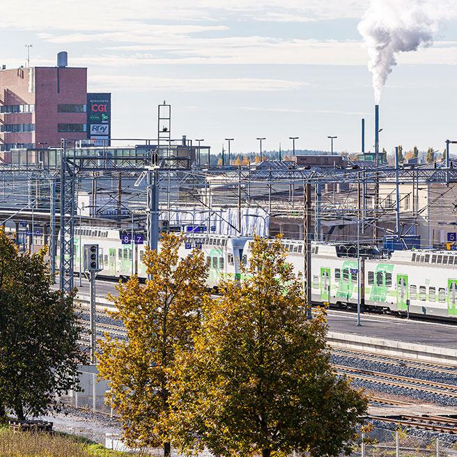 Juna-asema, taustalla Voimala ja Matkakeskus