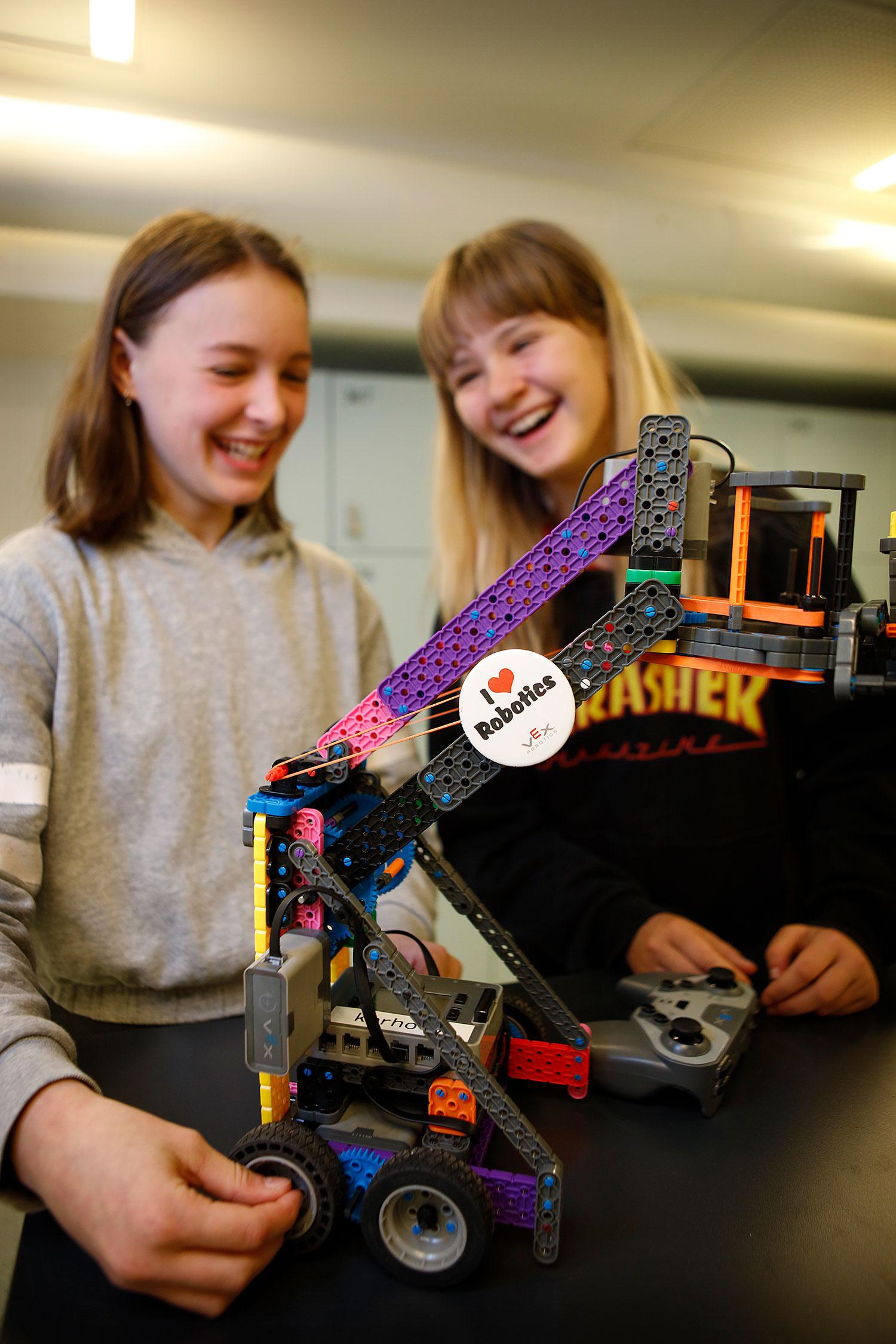 Kaksi tyttö rakentamansa robotin vieressä.
